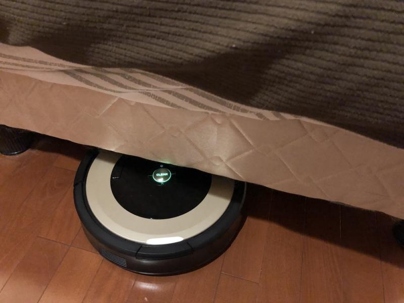 ベッド下にルンバが入っていく画像
